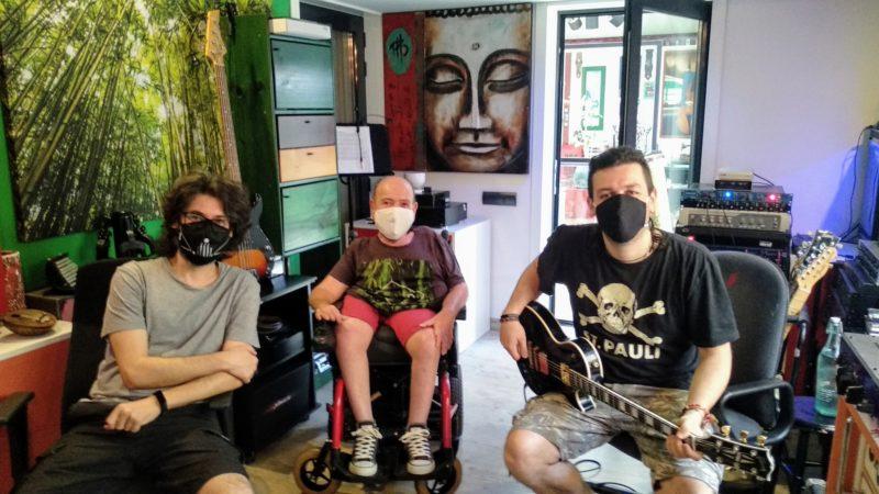No Konforme vuelve al estudio de grabacion. En la imagen aparece Luis con una guitarra, Tony Lopez, nuestro productor y Ruben, tecnico de grabacion, en la sala de control del estudio